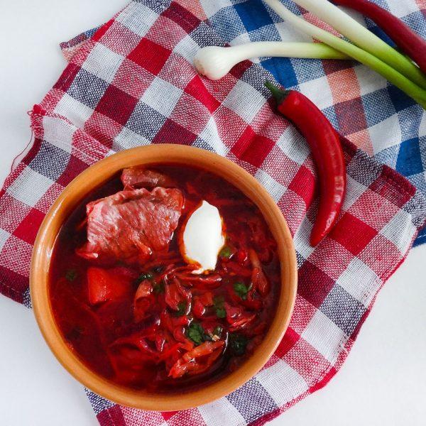 Теперь измельчите помидоры любым способом: а если вы хотите борщик поострее, то можно добавить в него несколько стручков красного перца.