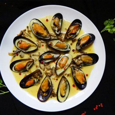 Мидии в шафрановом соусе