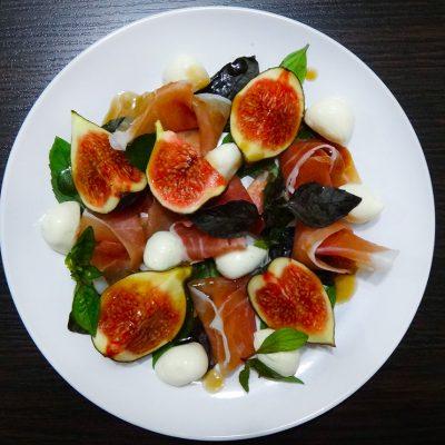 Салат с инжиром, пармской ветчиной и моцареллой