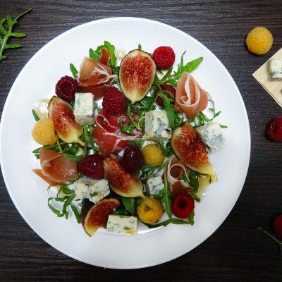 Салат с инжиром, прошутто и малиной