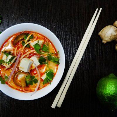 Суп с карри, лапшой, шиитаке и тофу на кокосовом молоке (Coconut Curry Noodle Soup)