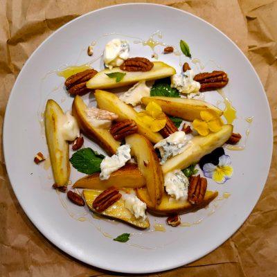 Горгонзола, груши, пекан с мятой и мёдом (Gorgonzola, Pears, Pecans with Mint and Honey)