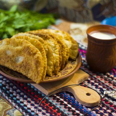 Чебуреки - крымскотатарские пирожки (Chebureks - Crimean Tatar Meat Pies)