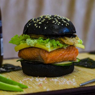 chernyj-burger-s-forelju-black-burger-with-trout