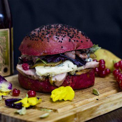 Красный бургер с уткой, грушей, красной смородиной и голубым сыром (Red Burger with Duck, Pear, Red Currant and Blue Cheese)