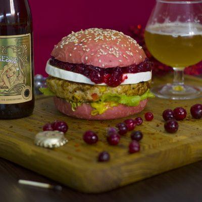 Рождественский розовый бургер с индейкой, клюквой и камамбером (Christmas Pink Burger with Turkey, Cranberries and Camembert)